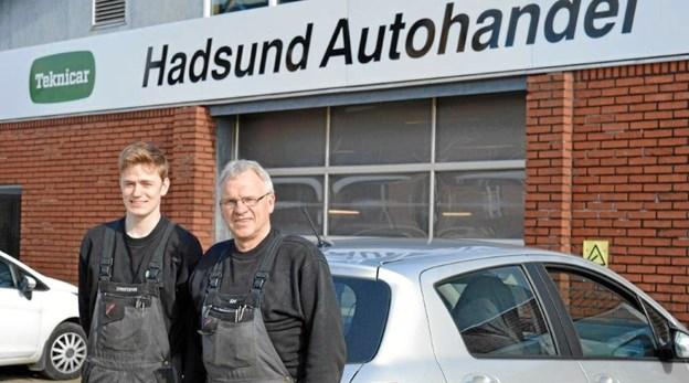 Christoffer og John er i fuld gang med et nyt kursusforløb, for at være bedre rustet til at kunne håndterer de ny el- og hybridbiler. Foto: hhr-freelance.dk