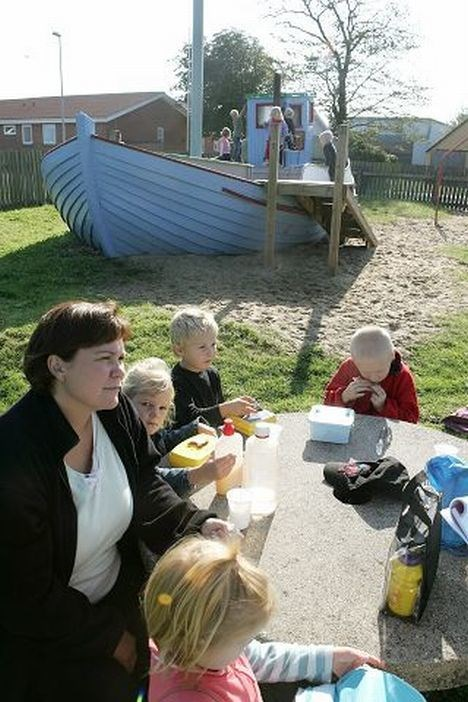 De mange børn i Poulstrup mødes ofte på byens legeplads.