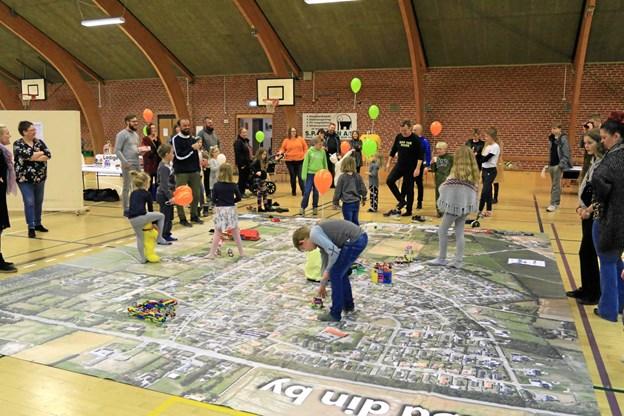 Både børn og voksne var interesseret i den lokale udviklingsplan. Privatfoto