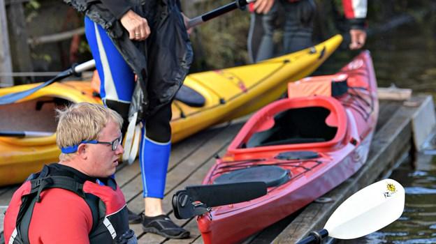 Peter  Lindblad i kajakken bor i Aalborg men tager turen til Voersaa for at få udfordringer på åen. På land ses Martha Chrsitensen og Bjarne Evan Jørgensen fra Asaa. Foto: Bent Bach. BENT BACH