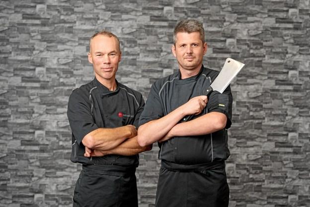Thomas Trolle Pedersen (th) er pr. 1. september medejer af Emilievejens Slagterforretning. Til venstre slagtermester Peter Olsen, der fortsætter i forretningen. Privatfoto
