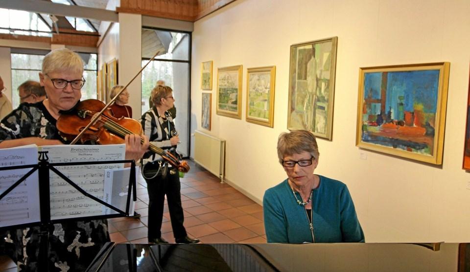 Linda Lark Rasmussen og Hedvig Knive stod for den musikalske underholdning ved ferniseringen. Foto: Jørgen Ingvardsen Jørgen Ingvardsen