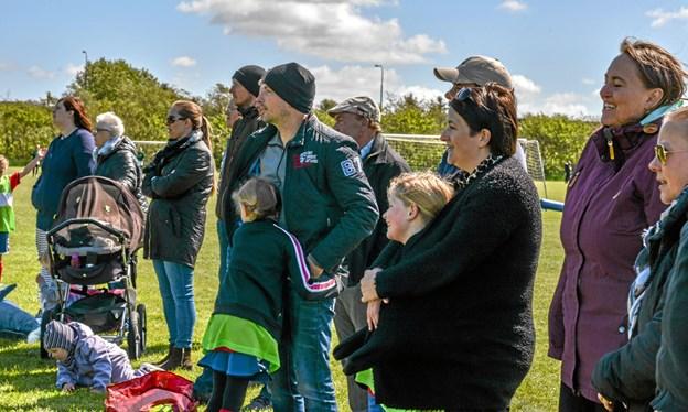 Forældre på sidelinjen fulgte med og gav gode råd til spillerne. Foto: Mogens Lynge Mogens Lynge