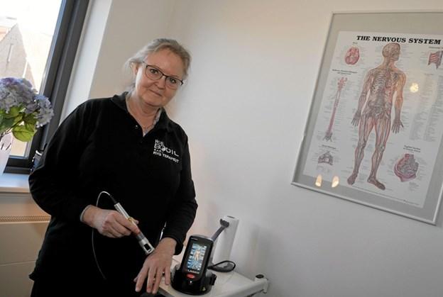- Jeg har valgt, at arbejde med laserterapi, der stimulerer kroppens naturlige helingsprocesser, forklarer Bodil Hansen. Foto: Peter Jørgensen