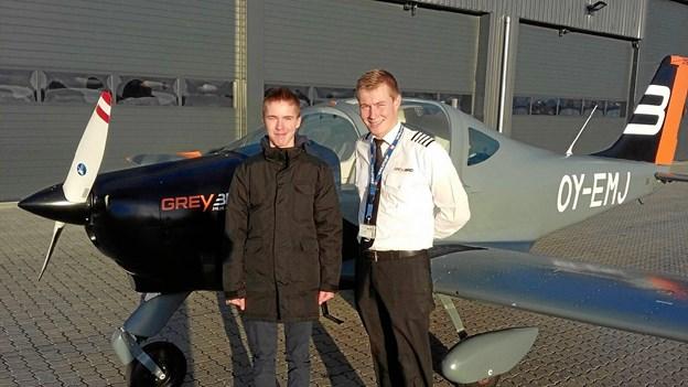 Malthe Lund Friberg og Frederik Aagaard foran det lille tomotorers fly. Privatfoto