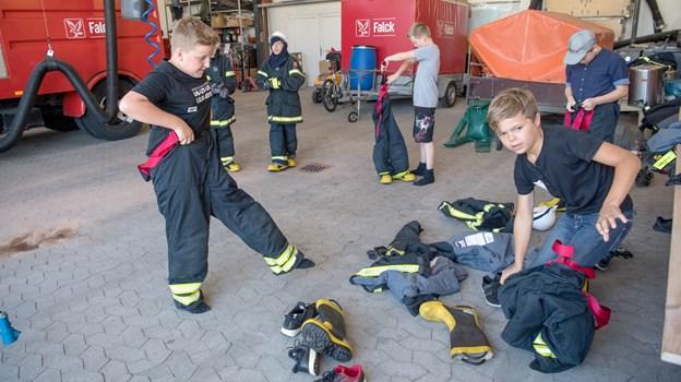 Hos Ungdommens Brandmandskorps kan børn fra 11 år og op i fire dage blandt andet prøve at slukke en brand, give førstehjælp, sprøjte med vand og bruge brandmandsudstyr. Arkivfoto: Henrik Louis HENRIK LOUIS