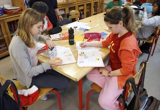 Hjørring Leg- og Læringsklub er et nyt fritidstilbud med 6-12 årige flygtningebørn som målgruppe. Billedet er fra dansklæsning i en modtagerklasse for nogle år siden.  Modelfoto: Klaus Madsen
