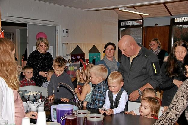 Forældrene hyggede sig lige så meget som børnene gjorde. Foto: Hans B. Henriksen Hans B. Henriksen