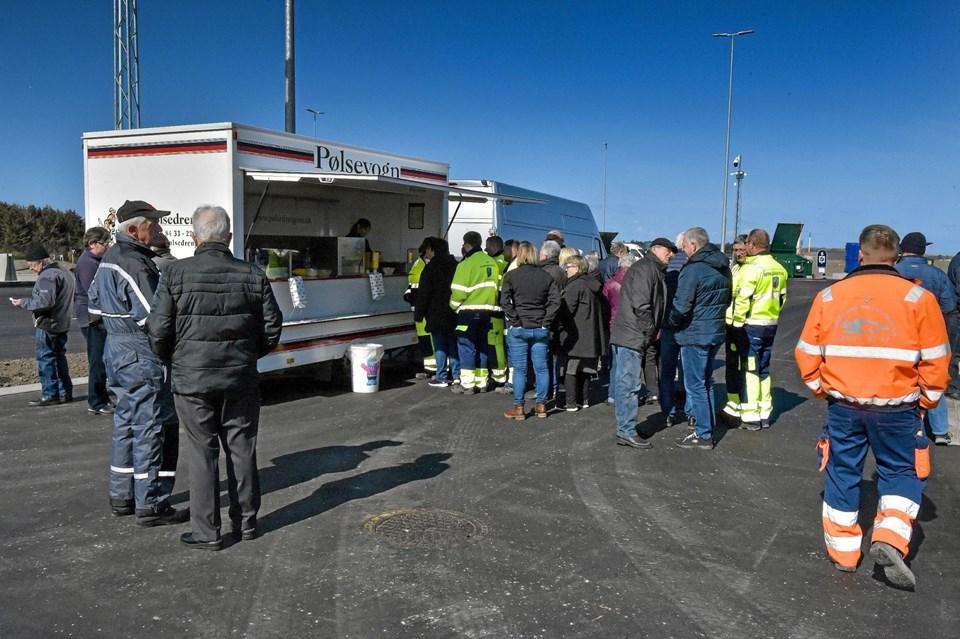 En opstillet pølsevogn tiltrak sig betydelig opmærksomhed. Foto: Ole Iversen Ole Iversen