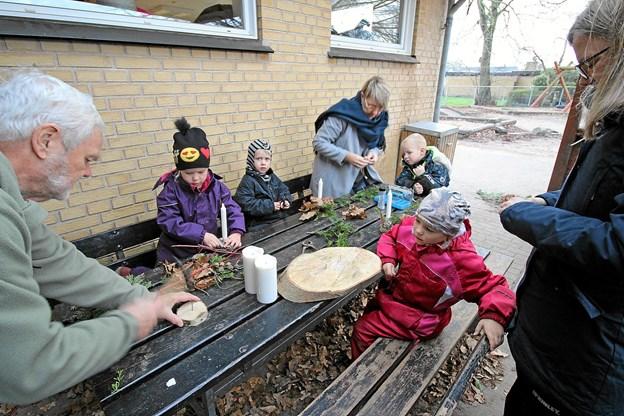 Udenfor i kulden kunne man hygge sig med at lave juledekorationer med ler, lys og gran. Foto: Jørgen Ingvardsen Jørgen Ingvardsen