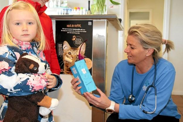 Liva Højriis Winther havde en gave med til Bamsehospitalet. Flemming Dahl Jensen
