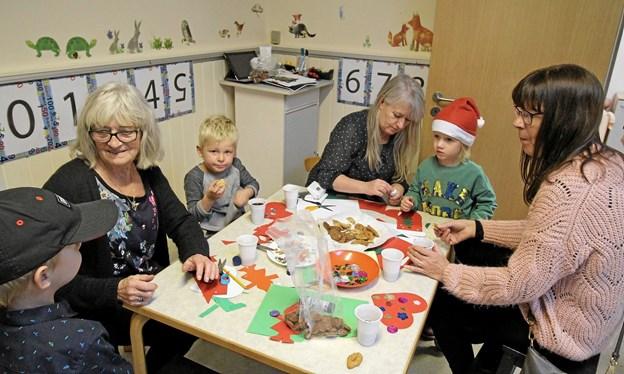 Der blev virkelig slidt med at lave julepynt, men der blev dog også tid til at snakke og spise småkager. Foto: Jørgen Ingvardsen Jørgen Ingvardsen