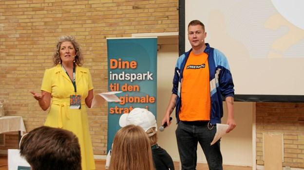 Jeanett Kaare fra reklamebureauet Weltklasse og entertaineren Zjakalen styrede suverænt slagets gang på Vesthimmerlands Gymnasium og HF. Privatfoto