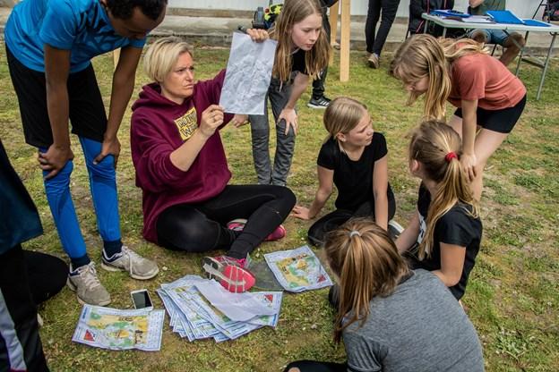 Klasselærer Louise Ørbæk Jørns Andreasen Rørbæk fra Bavnebakkeskolen lægger point sammen for eleverne i hendes 5 B klasse efter at de alle godt forpustede er kommet i mål. Martin Damgård