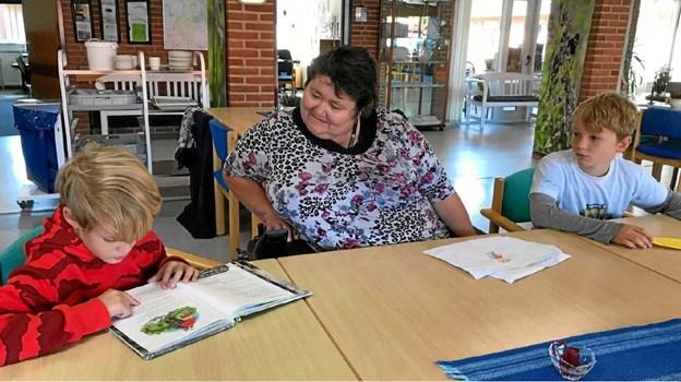 Her ses Hjalte og Jacob fra 2.a Skørping skole læse højt for beboer Annette Larsen. (Foto: Elly Blom)