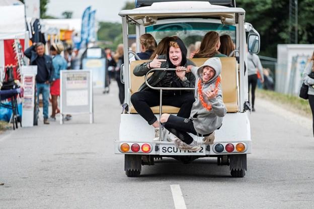 Her ses et par friske fyre, der var hoppet med på en af festivalens vogne.