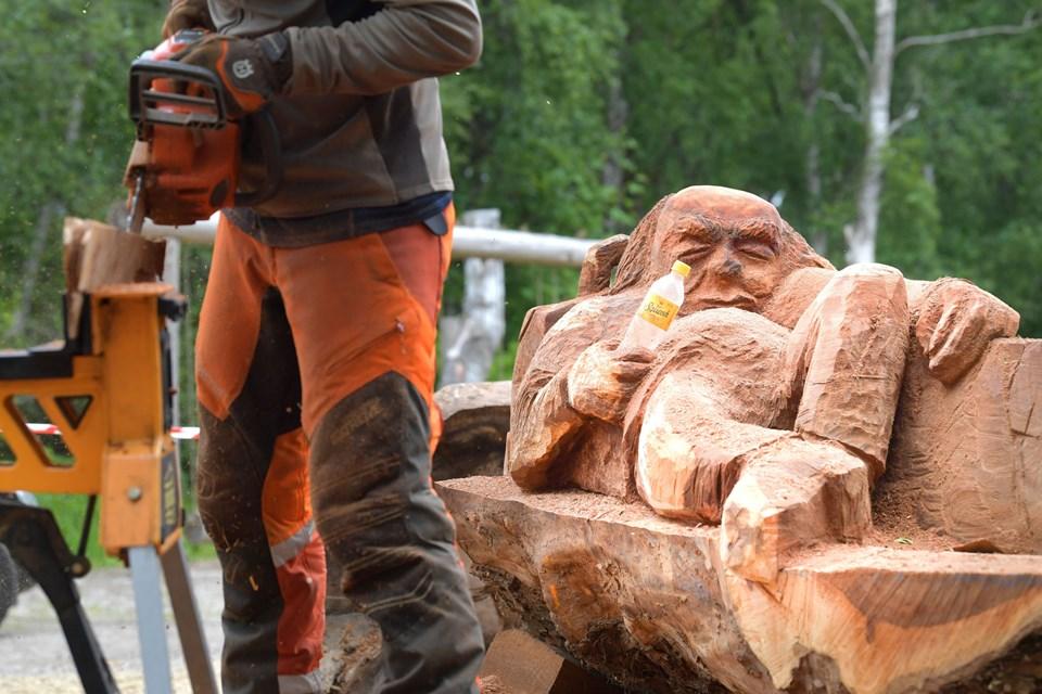 Forbipasserende må gerne give den søvnige træmand en sodavand, øl eller buket blomster i hånden, siger kunstneren bag, Peter Hausgaard Gregersen, der lever af at være motorsavsskulptør. Foto: Claus Søndberg
