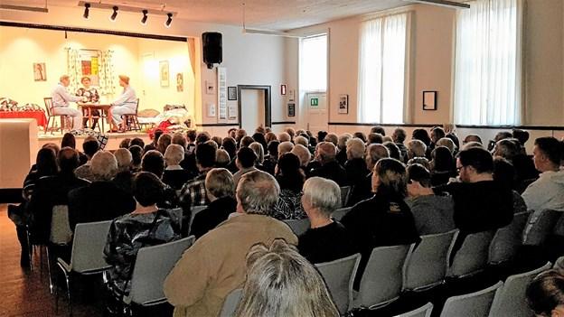 Publikum levede med i spillets gang på scenen. Foto: Karl Erik Hansen