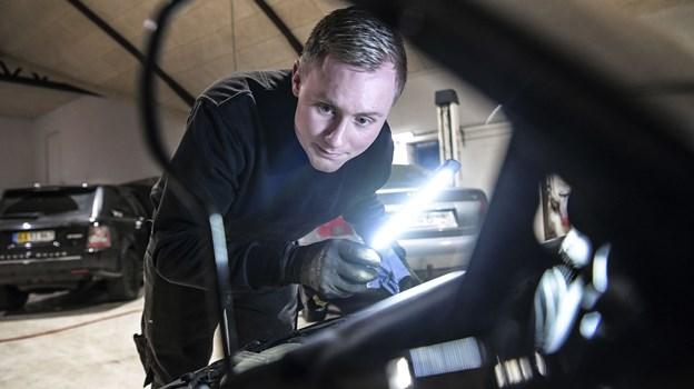 Rasmus Marius Jensen tager værktøj og en computer med ud til bilsælgeren. Foto: Michael Koch