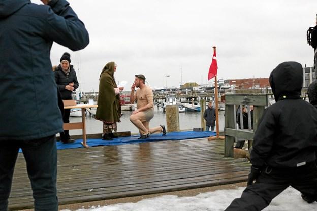 """Vinterbaderne var i deres rette element lørdag den 2. februar hvor den årlige dåbsceremoni fandt sted, her nyder """"Luftkastellet"""" en lille opstrammer til ganen. Tommy Thomsen"""