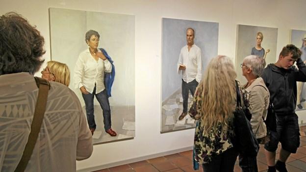 Det er nogle af landets bedste portrætmalere, der udstiller på Kunstcentret. Her ses værker af Peter Martensen Foto: Jørgen Ingvardsen
