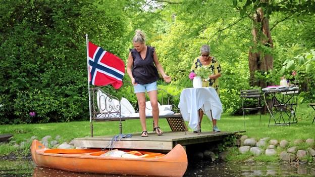 Norske jenter serverede lækre hjemmelavede vafler i idylliske omgivelser. Foto: Tommy Thomsen Tommy Thomsen
