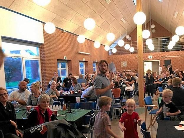 Fyldt sal i Vittrup Fri Fagskole til høstfest for børn og voksne i Vittrup gl. Mejeri. Foto: Privatfoto