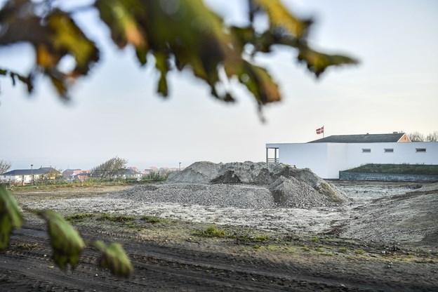 Foreløbig ligner det bare en byggeplads, men inden for overskuelig fremtid vil der på grunden her ligge nogle af de dyreste ejerlejligheder i Vesthimmerland.  Foto: Michael Koch