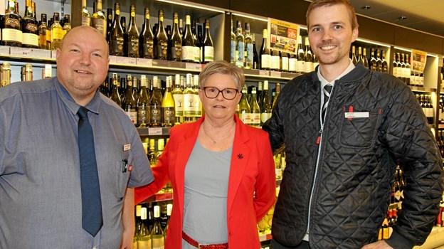Bestyrelsesformanden for DagliBrugsen i Blokhus, Lilian Holm sammen med de to uddelere. Foto: Flemming Dahl Jensen Flemming Dahl Jensen