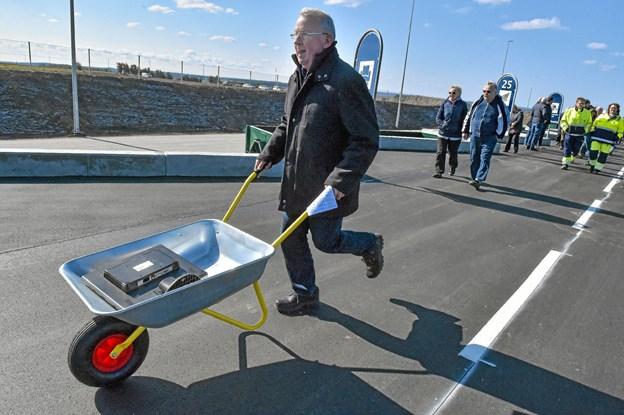 Esben Oddershede sætter farten ekstra op. Han styrer måbevist efter containeren for elektronikskrot. Foto: Ole Iversen Ole Iversen