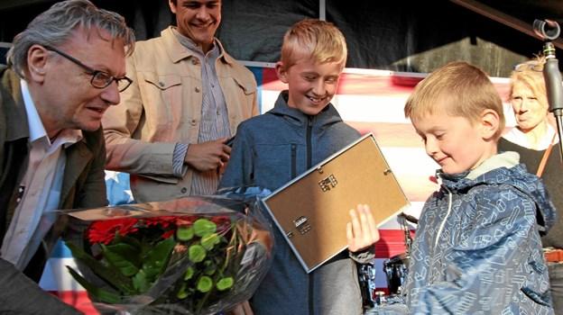 Brødrene Tobias og Benjamin Omø Elgaard Sørensen får her overrakt gavekort og bevis et på, at deres kage var bedst. Foto: Jørgen Ingvardsen