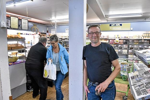 Bo Sørensen siger, at han kommer til at savne den tætte daglige kontakt med kunderne i Frøstrup. Men han fortsætter dog i en købmandsbutik - i Østerild.Foto: Ole Iversen