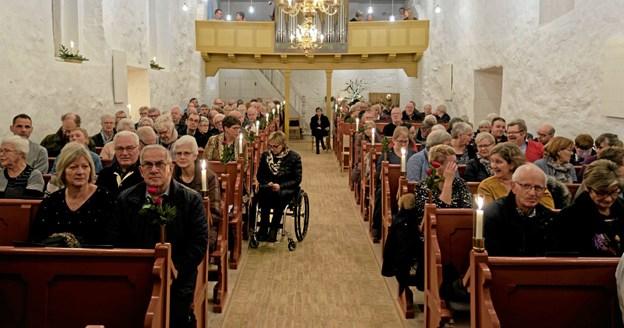 Ugilt Kirke var pyntet med levende lys og roser i kirkebænkene, og som altid til julekoncerterne var kirken fyldt med et forventningsfuldt publikum. Foto: Niels Helver Niels Helver
