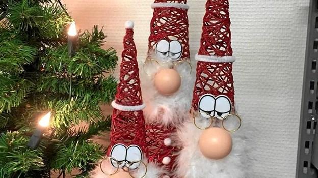 Søndagens Onsild Messe får i høj grad også karakter af et julemarked, og det har øjensynligt indvirket positivt på udstiller-interessen. Omend det langt fra kun er nisser, der byder sig til på de i alt 50 stande i Onsild Hallen. Privatfoto