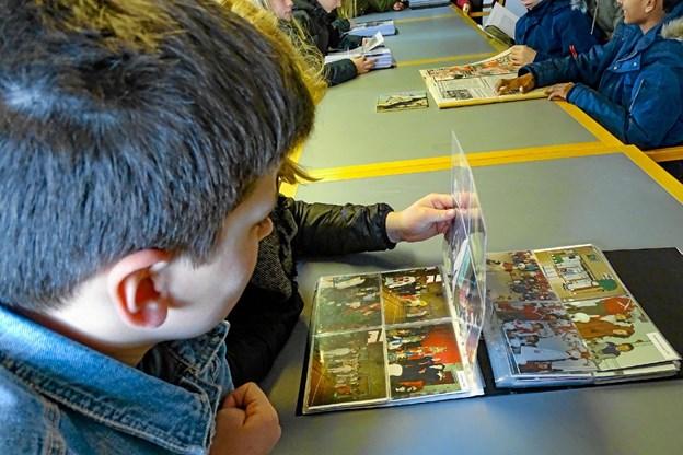 Med lidt hjælp fandt nogle af eleverne deres familie i de gamle fotoalbummer.Privatfoto Ole Iversen
