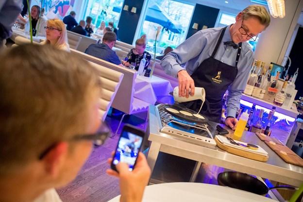"""Her ses Morten """"Kok"""" Nielsen under forberedelser i restauranten."""