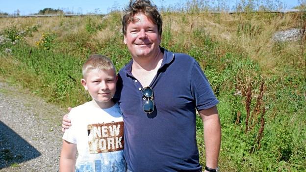 Tobias og hans far Thomas Køhler er landet, og især Tobias synes, at det var spændende at se Vendsyssel fra luften. Foto: Niels Helver Niels Helver
