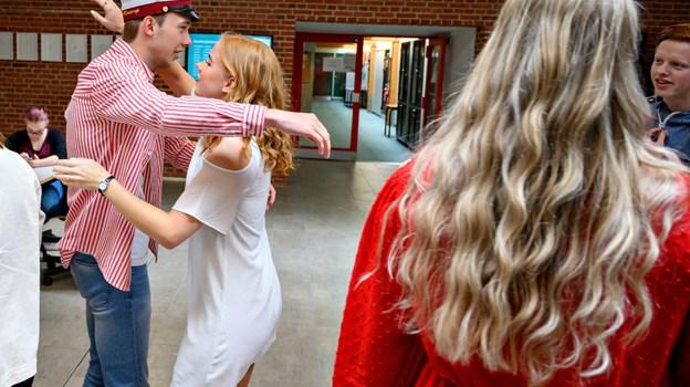 En gruppe klassekammerater ventede udenfor i spænding, mens Anders Riis Klæstrup var til eksamen - og de var klar med krammere, da han kom ud.Foto: Kurt Bering Kurt Bering