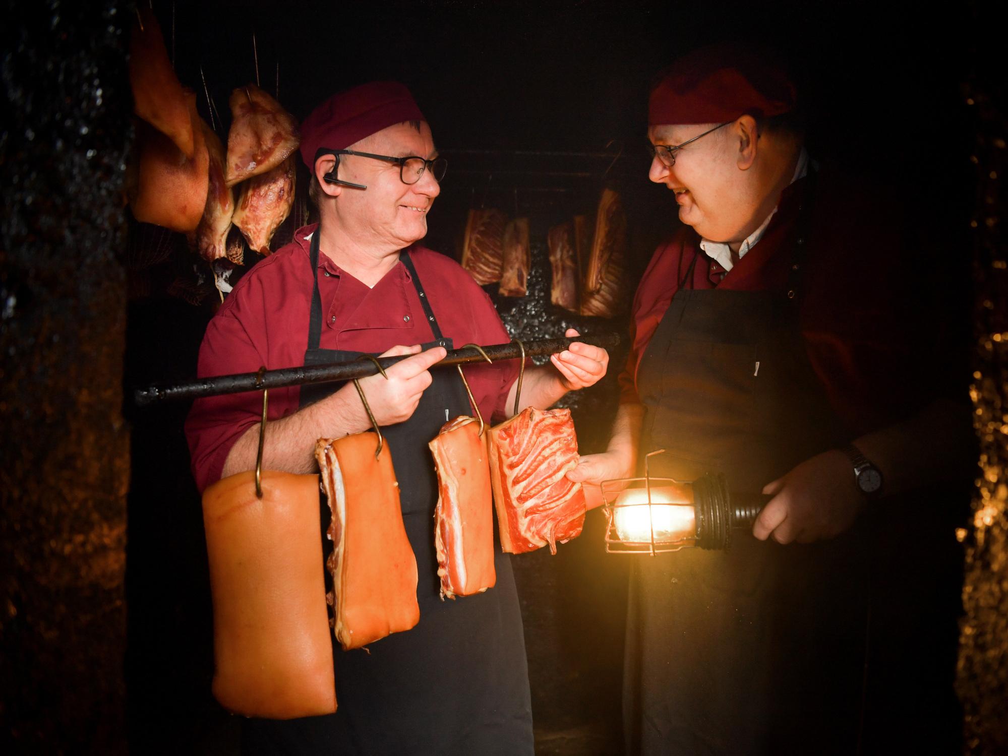 Der mange traditioner i den 130-årige slagterforretning. Den gamle røgovn bliver blandt andet brugt til hjemmerøget bacon og hamburgryg og skinker.
