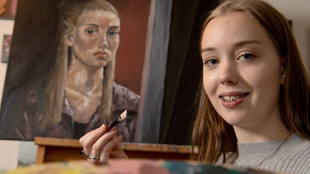 """Bag Stine Wiggers er det selvportræt, som blev hendes adgangsbillet til """"Danmarks Bedste Portrætmaler"""" på DR. Mange følger hende på Wiggers Art på Facebook og på Instagram, og det er væltet ind med positive tilbagemeldinger efter programmet.Foto: Henrik Louis"""