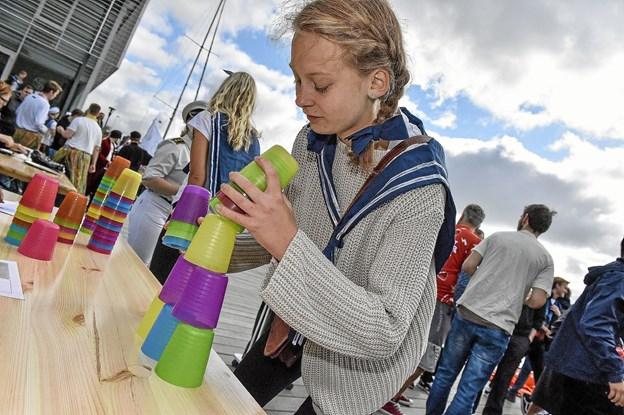 """""""Cup-stacking"""" - stabl 64 bægere i tre figurer og klap dem sammen igen - på tid. Foto: Ole Iversen"""