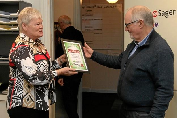 Suzanne Bertelsen fra Jutlander Bank overrækker donationen til Ole Knudsen, formand for Ældre Sagen Hobro.