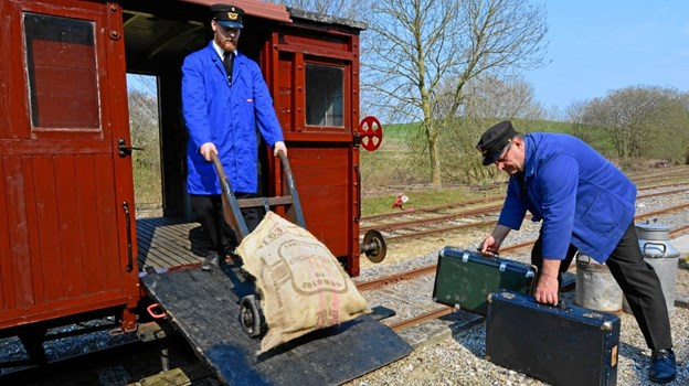 Der læsses gods på pakvogn fra 1898 på Handest Station. Foto: Asger Christiansen