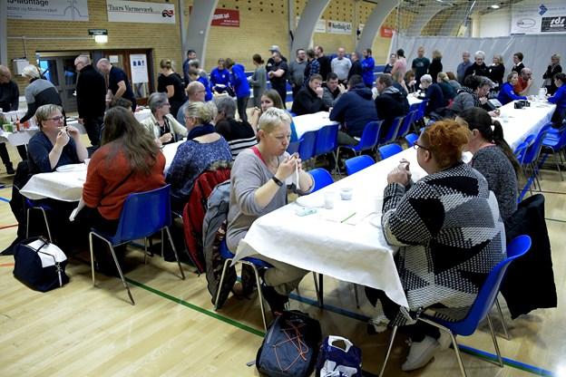 Hygge i hallen - deltagerne mødes til snak og morgenkaffe med kager og brød. Foto: Lars Pauli © Lars Pauli