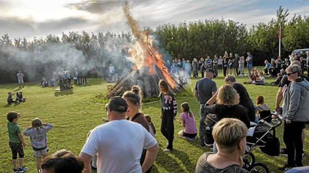 Flere end 300 var samlet til St. Hans og indvielse af byens Madpakkehus. Foto: Kristian Amby