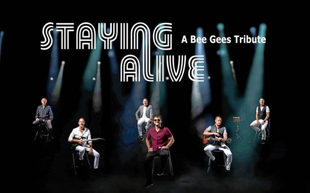 X Faktor stjernen Jamie Talbot spiller Bee Gees hits sammen med orkestret Staying Alive.