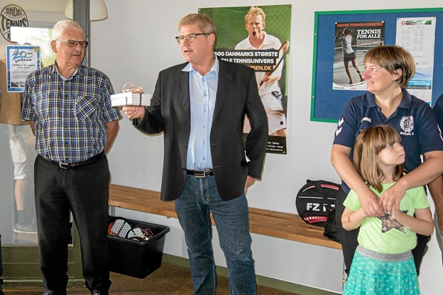 Borgmester Arne Boelt ønsker Sindal Tennisklub tillykke med jubilæet og takker for det frivillige arbejde medlemmerne yder til gavn for idrætsudøverne i kommunen. Foto: Niels Helver