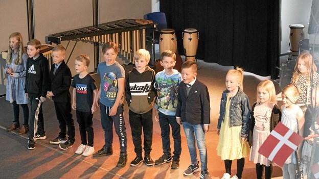 """1. klasse var på scenen med sangen """"Vi vil ha' voksne, der griner"""". Foto: Allan Mortensen"""