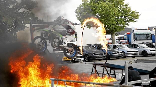I fuld fart på 2 hjul gennem ild. Foto: Michael Madsen