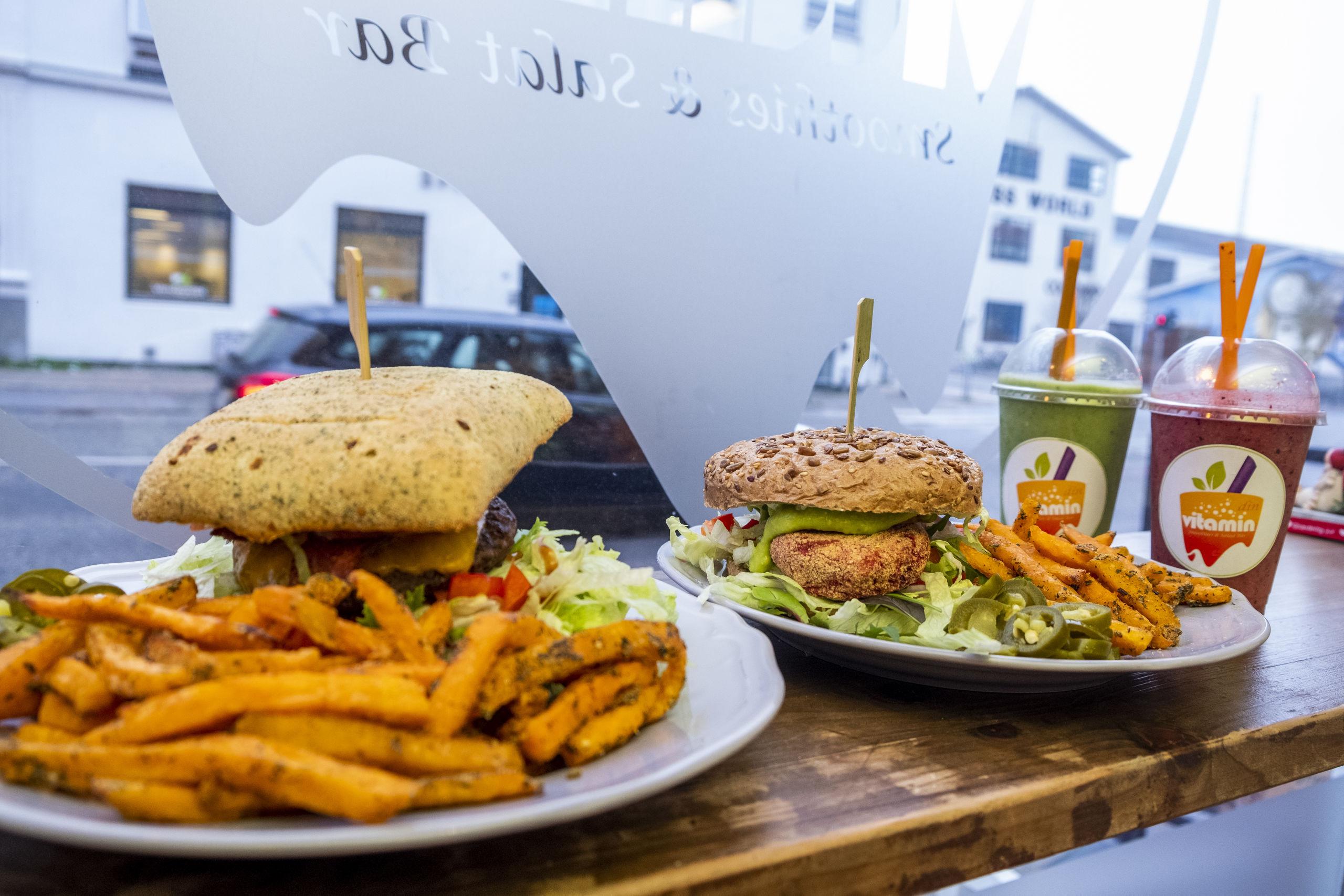Stedet byder også på burgere og fritter fra ovnen. Foto: Lasse Sand